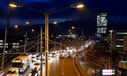 Verschönert und beruhigt: Wichtiger Verkehrsknotenpunkt Hardbrücke in der Nacht