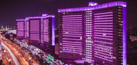 В Москве зажглось розовое освещение